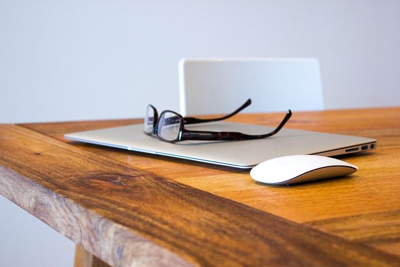 apple-desk-office-technology